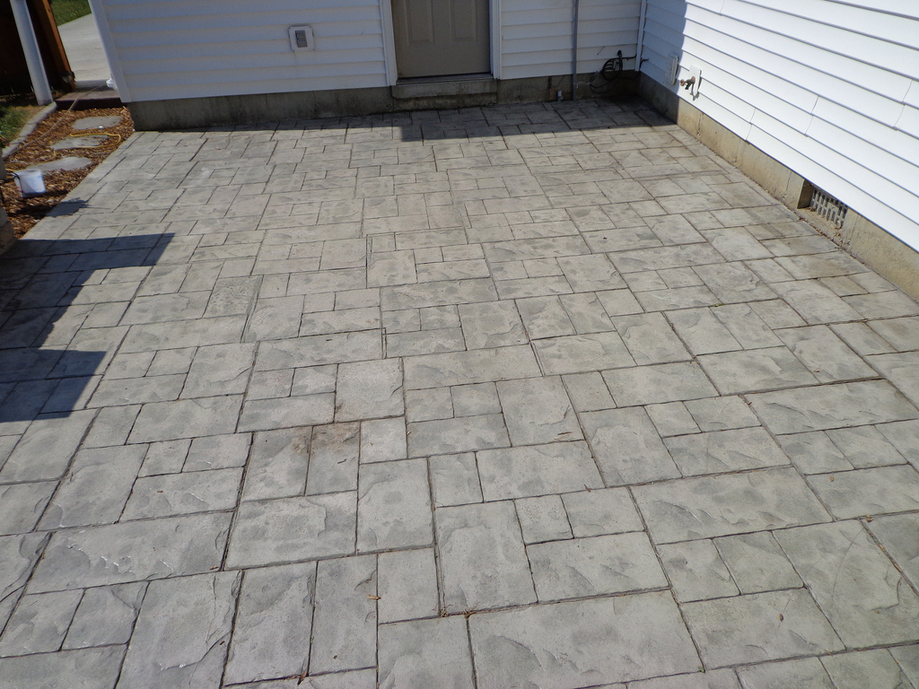 Labor cost to install patio pavers how much do pavers for Cemento stampato difetti
